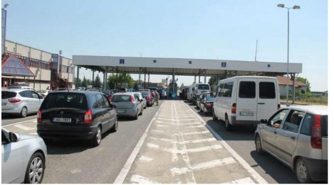 """Mai mulţi români din Franța care se întorceau acasă, tâlhăriţi cu cuţitul la gât într-o benzinărie din Ungaria. Lăcrămioara: """"Au oprit sa alimenteze si pe clientii din autocar i-a trimis la baie cu scuza ca baia din autocar este..."""" 1"""