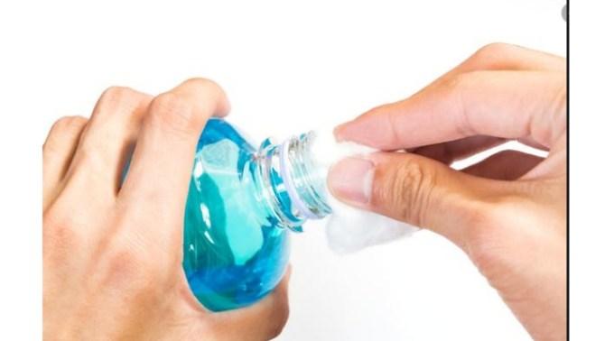 """Alexandru Rafila, microbiolog: """"Alcoolul sanitar e dezinfectant. Utilizarea lui ca antiseptic nu prea mai e recomandată. În primul rând nu are timp de contact pe tegumente. Atunci preferăm să folosim un gel care conține același lucru, alcool etanol în aceeași concentrație, 70%. El pătrunde în ..."""" 1"""