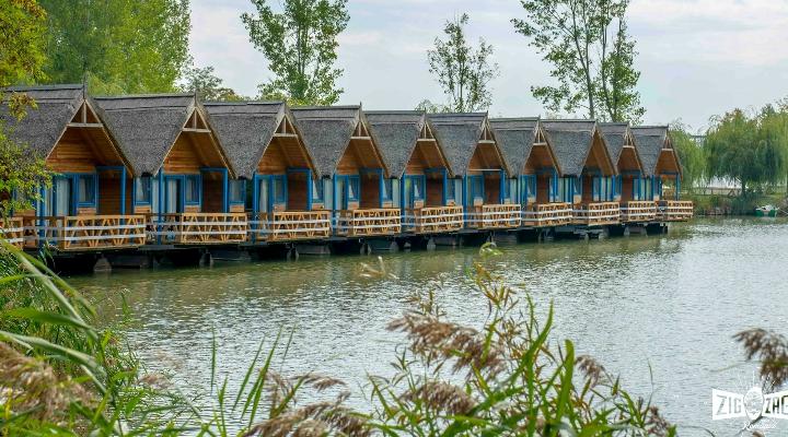 (Foto) Se redeschide Zaga Zaga, bungalouri în Delta Siretului. Căsuțe plutitoare cu propriul ponton, Hambarul pentru evenimente, piscina ce oferă o priveliște superbă, restaurantul cu specific pescăresc 1