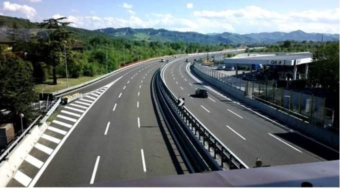 """Cristian Paun: """"Italia vs Romania. """"Am venit dinspre nordul Italiei prin Bologna spre Florența pe cea mai veche autostradă din Europa și cea mai lungă din Italia - Autostrada del Sole sau A1 ce leagă Milano de Napoli ... vreo 32 km (1/3 din ea) sunt tuneluri cu 2 - 3 benzi pe sens. Am numărat pe puțin 25 de tuneluri ...Noi nu suntem în stare astăzi să finalizăm un drum ce ne traversează munții. Suntem experți în studii de fezabilitate și de impact. Suntem îngropați în..."""" 1"""