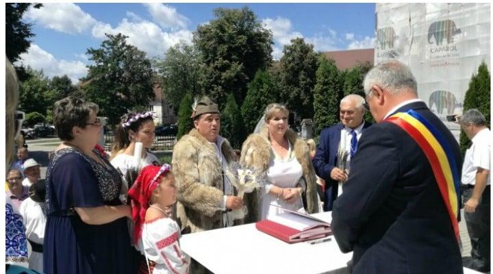 (Video)  Nuntă în România cu elemente dacice și cu invitați din India și Vietnam. În ciuda căldurii, costumele au fost completate de blănuri de lup, în care cei doi au rezistat cu stoicism până la momentul jurămintelor 1