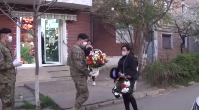 """(Video) Asistenta medicală hărțuită de vecini, aplaudată pe stradă de tanchiștii din Batalionului 284 Tancuri/Brigada 282 Blindată """"Unirea Principatelor 1"""