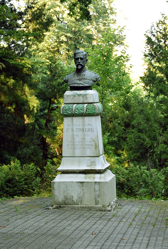 Bustul Generalului – medic Nicolae Popescu-Zorileanu, întemeietorul şi primul diriginte (Şef) al Oficiului medical din stațiunea Băile Govora (jud. Vâlcea), aflat în Parcul Central