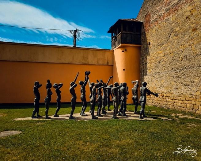 Cortegiul Sacrificaților, amplasat în curtea interioară a Muzeului Memorial al Victimelor Comunismului și Rezistenței (Sighetu Marmaţiei, jud. Maramureş)
