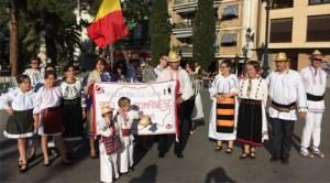 """Românii din Valencia au dansat """"Arcanul"""" în costume populare româneşti la """"Fiesta de la primavera"""" din Burjassot"""