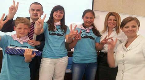 Echipa câştigătoare alături de reprezentanţii Asociaţiei Rumanos sin Fronteras