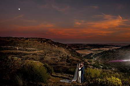 bodas en patones-novios con el fondo del pueblo