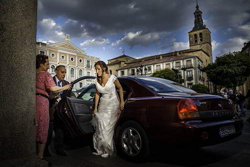 fotógrafos para bodas en segovia, novia bajando del coche