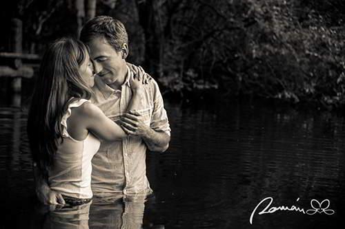 fotos-de-novios-en-el-lago-del-bosque-findlandes