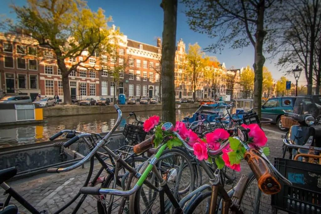 Выходные в Амстердаме, велосипеды на фоне канала на закате