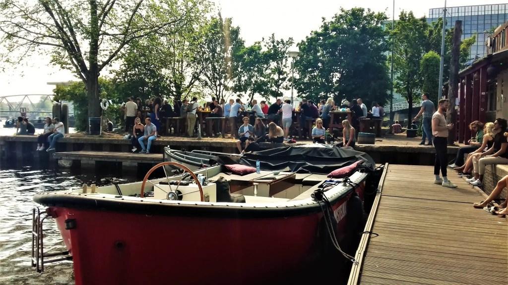 Причал и лодка в Амстердаме