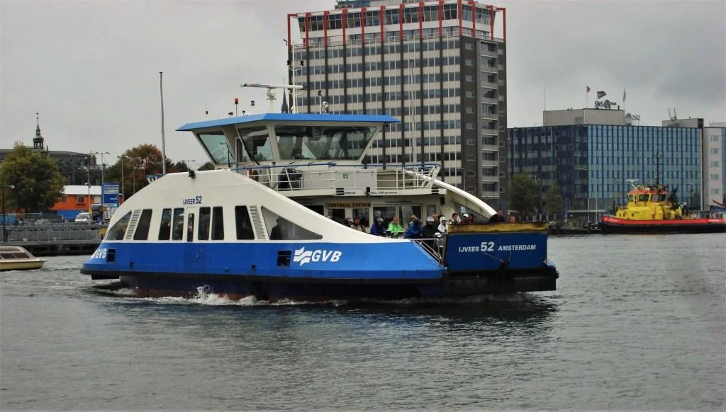 Бесплатный паром через канал в Амстердаме