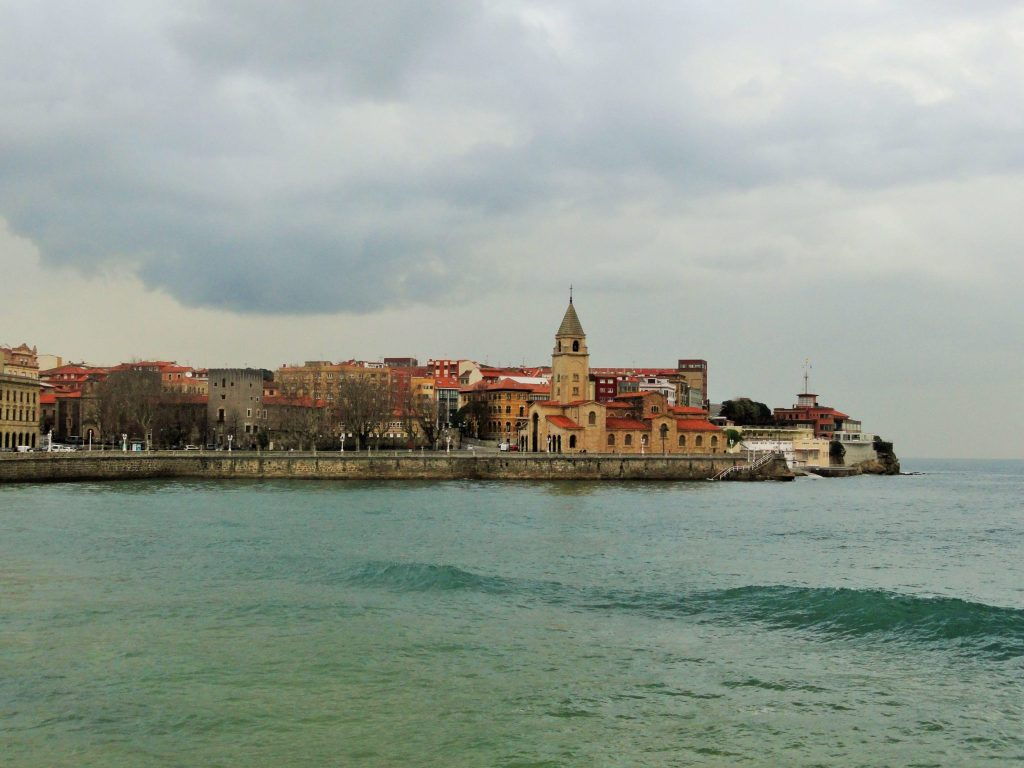 Хихон, Астурия, океан и старый город