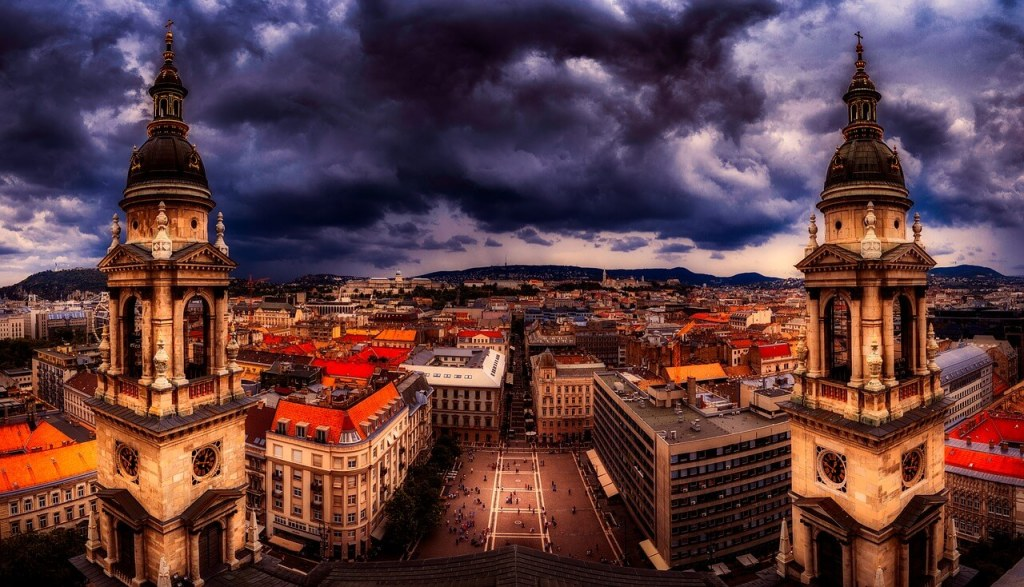 Панорама Будапешта с церкви, пасмурно