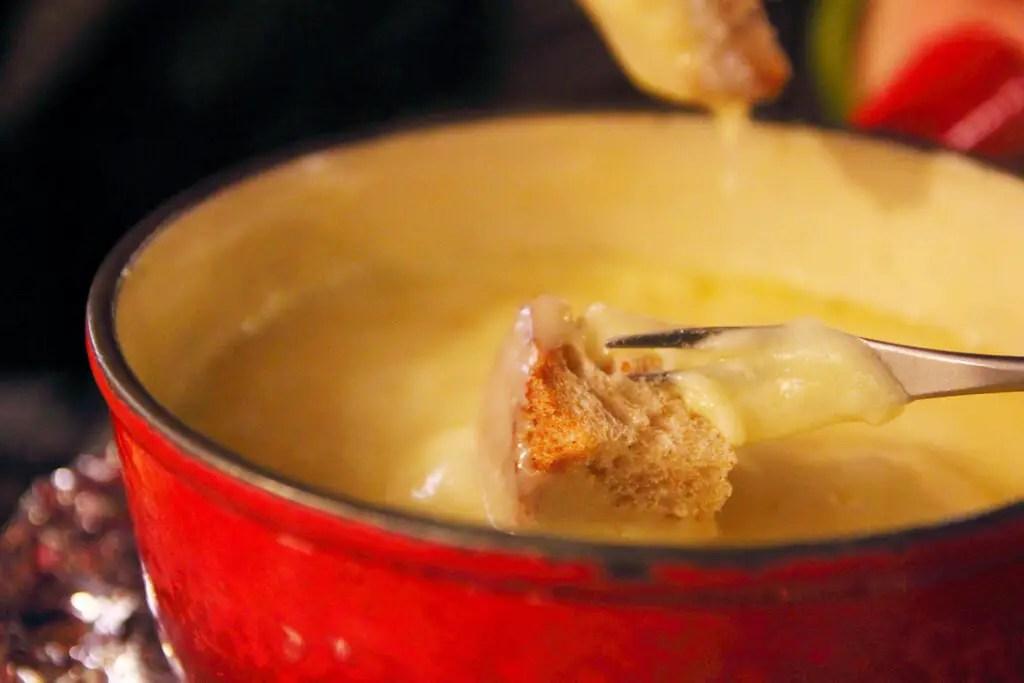 Сырный фондю блюдо в Швейцарии
