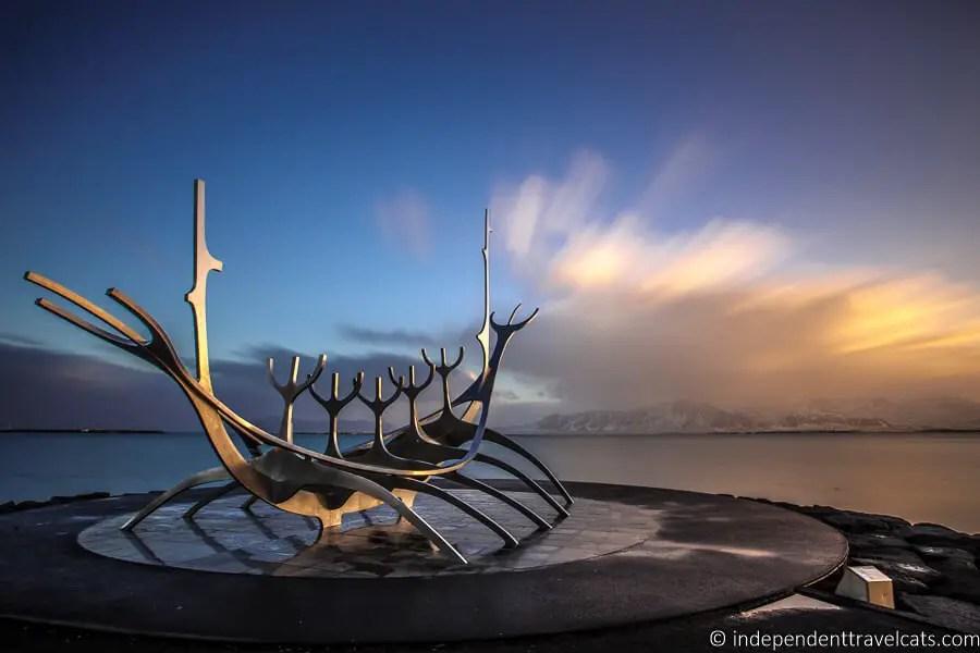 Памятник в Рейкьявике на закате