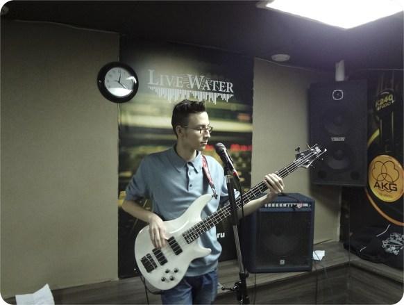 Бас-гитарист Ян