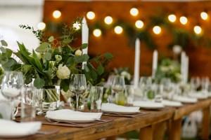 rustykalna dekoracja przyjęcia w kolorze zielono-białym