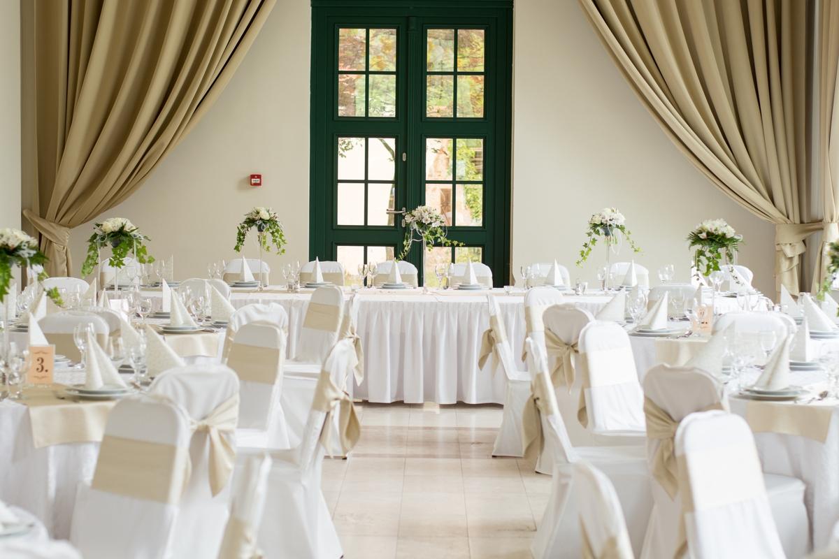 elegencka biało-kremowa dekoracja restauracji