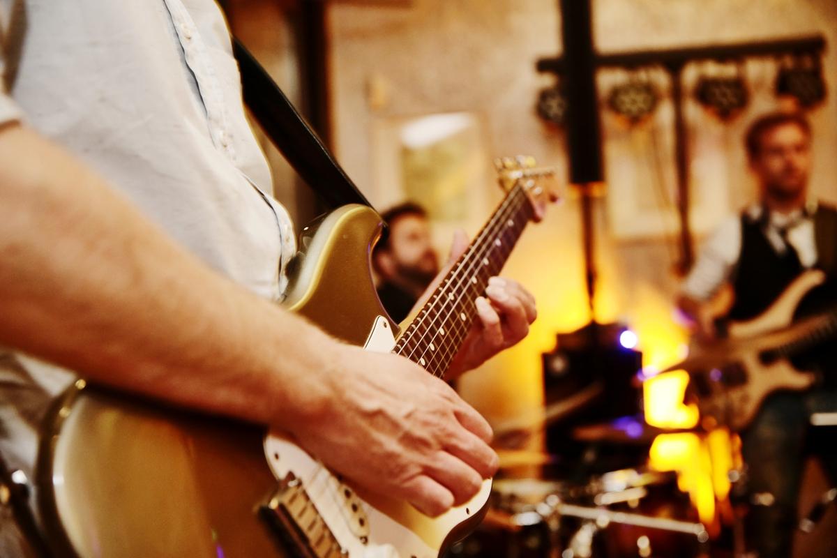 zespół muzyczny grający muzykę na żywo