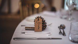 jesienna dekoracja stołu z wykorzystaniem szyszek