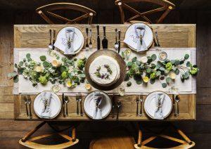 widok stołu z nowoczesną, zieloną dekoracją