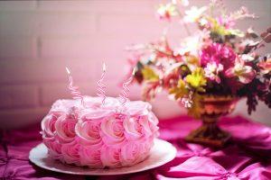 romantyczny tort w róże i dekoracja kwiatowa w kolorze różowym