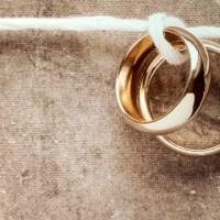 złote obrączki połączone mocną nicią