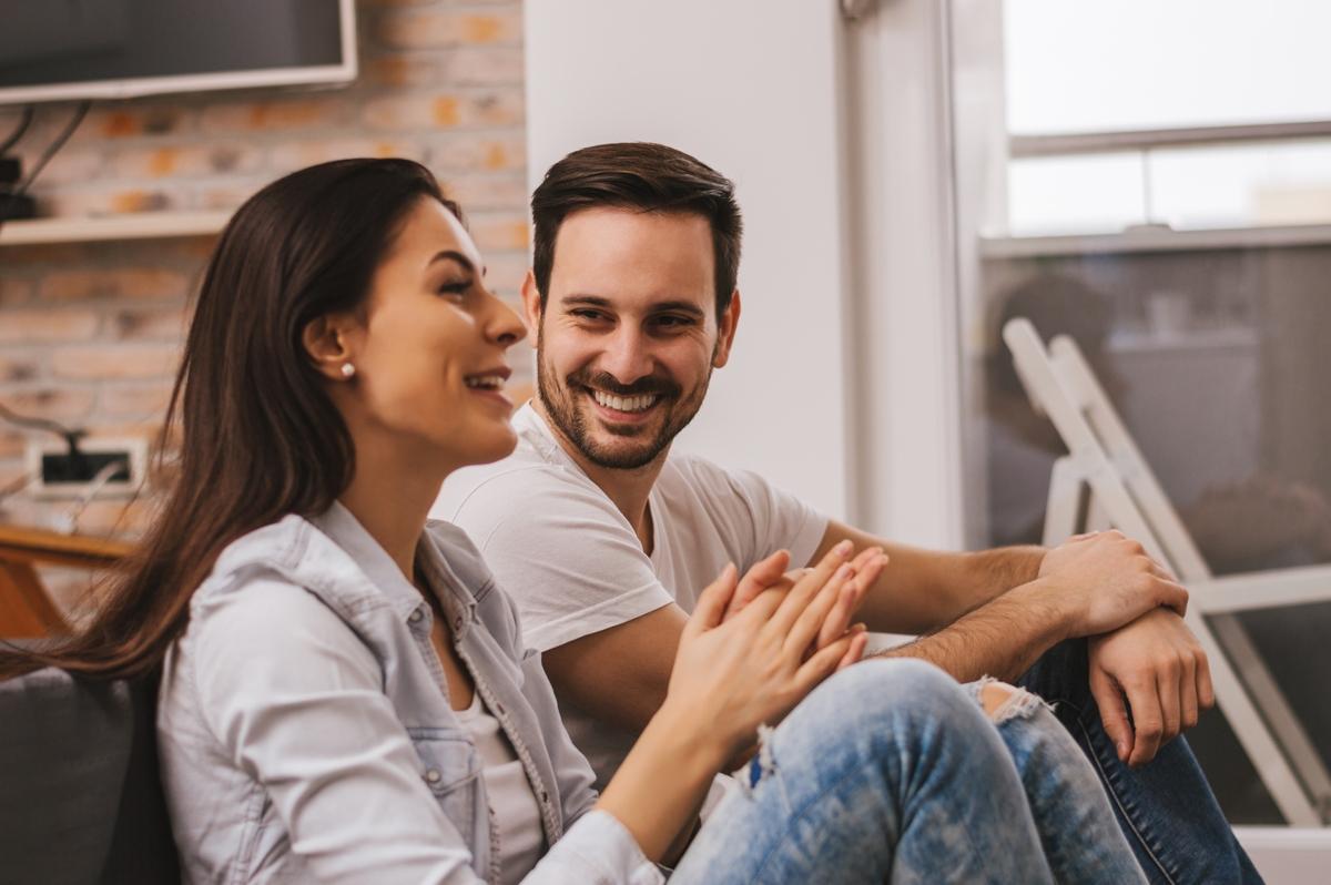 uśmiechnięta, szczęśliwa para rozmawiajaca o swoim związku