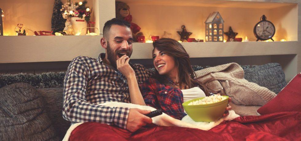 para wspólnie ogląda świąteczny film
