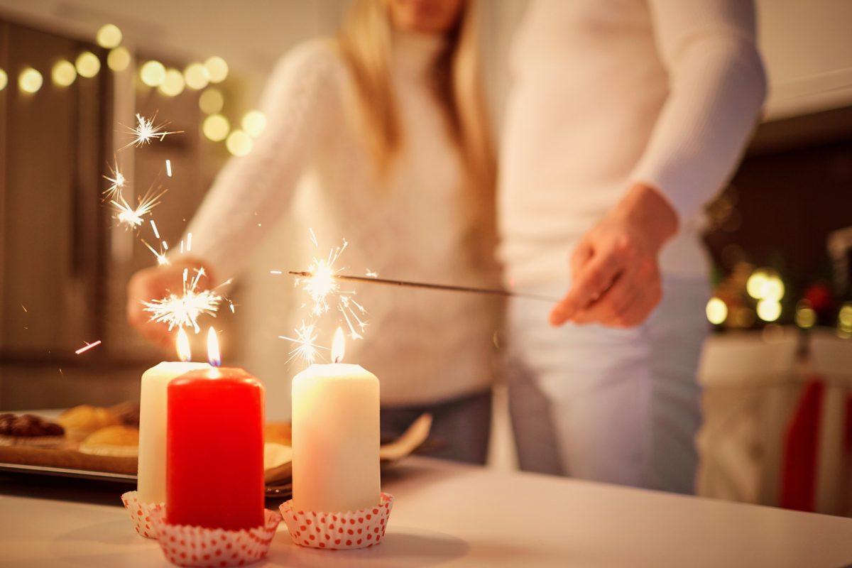 para odpala sztuczne ognie od świec z okazji nowego roku, robiąc noworoczne postanowienia