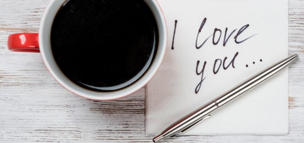codzienna rutyna - kubek kawy i serwetka z napisem kocham cię