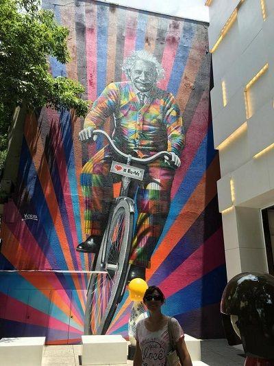 Genial-is-riding-a-bike-eduardo-kobra