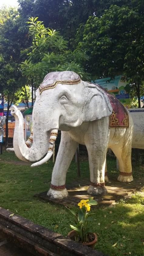 Elefante de piedra en un templo de Chiang Mai, Tailandia, 2015