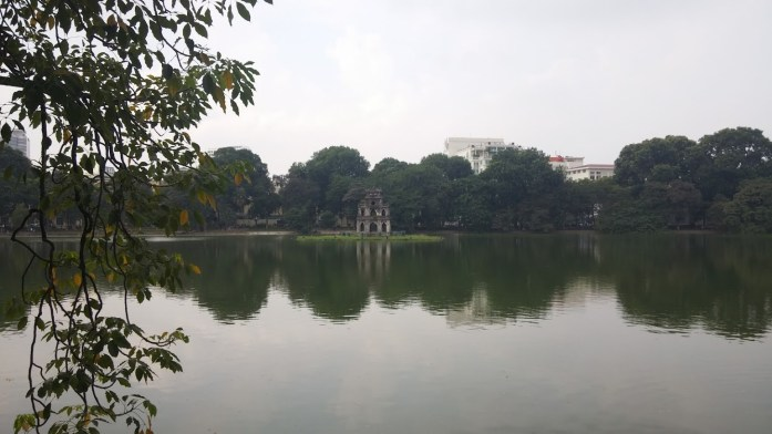 Pagoda en medio del lago Hoan Kiem, Hanoi, Vietnam, 2015