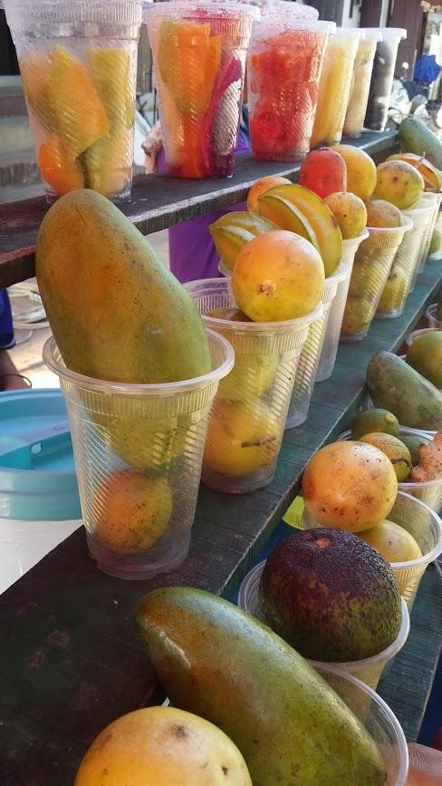 Vasos preparados para hacer jugo de frutas, Luang Prabang, Laos, 2015