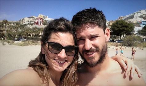 @rominitaviajera y David en la playa de Cullera, Valencia, España, marzo 2016 | viajarcaminando.org
