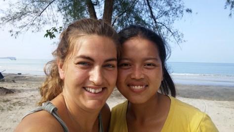 @rominitaviajera con una chica camboyana en la playa, hablando en nuestro lenguaje universal, la sonrisa, Camboya, 2015 | rominitaviajera.com