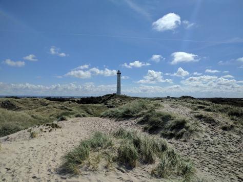 Faro de Lynvig Fyr visto desde las dunas de la playa, Dinamarca, 2017, rominitaviajera.com