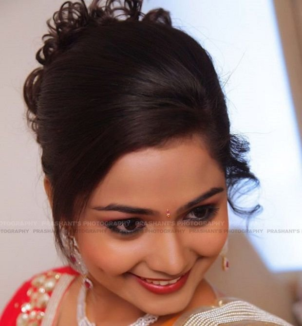 The Best Side Swept Hairstyle With Bun For Indian Weddings Pictures