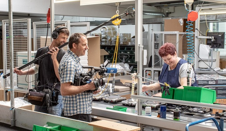 Dreharbeiten am Montageband für Kochplatten Rommelsbacher