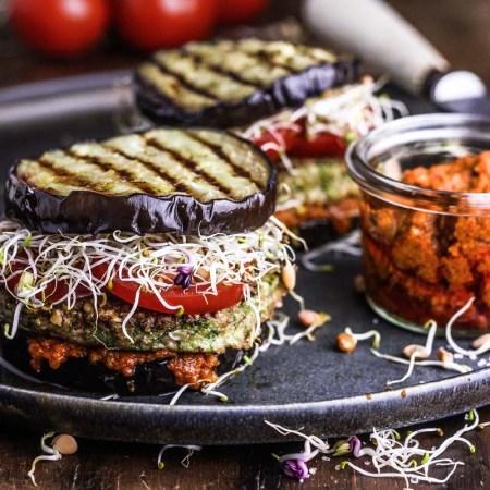 zwei Auberginen Burger mit Tomatenpesto