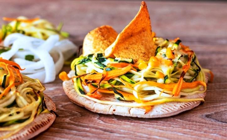 rundes Pitabrot mit bunten Gemüsenudeln mit Käse überbacken - Spiralschneider gnudel Rommelsbacher