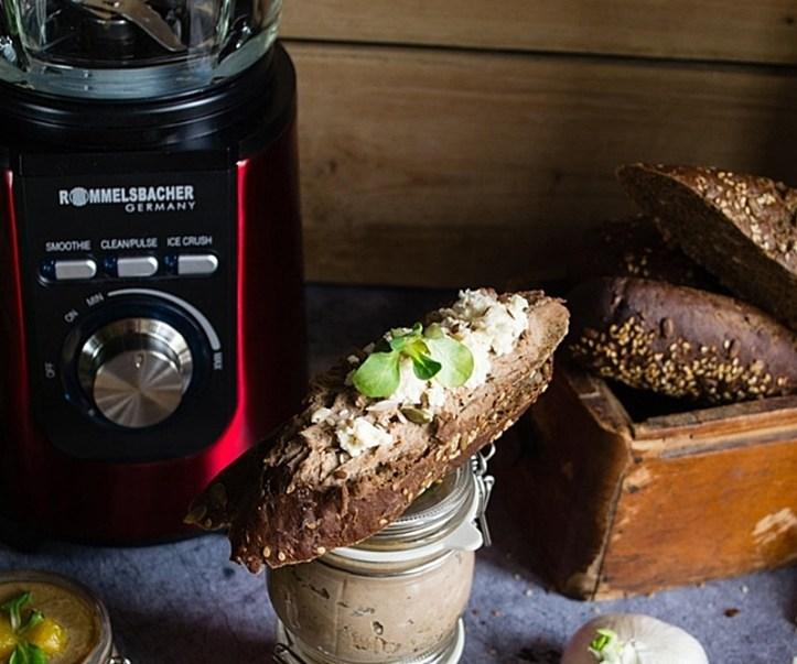 Brot mit Leberpastete und Käse vor rotem Standmixer