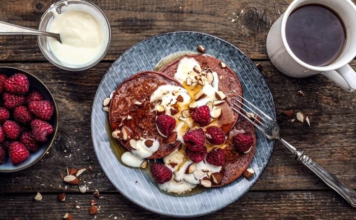 Himbeersmoothie Pancakes mit Kaffee und Joghurt und Fruechten