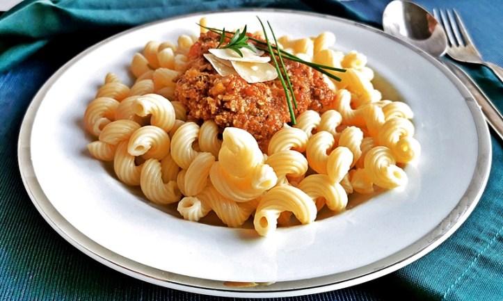 weißer Teller mit veggie Bolognese ohne Tofu