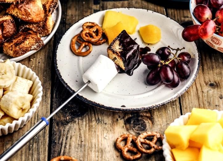 Schokoladen-Fondue - Teller mit Obst, Brioche und Marshmallows - Rommelsbacher F 350 Fondue Set