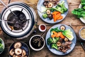 Asiatisches Fondue mit Brühe und Gemüse - rommelsbacher Elektro Fondue Set F 350