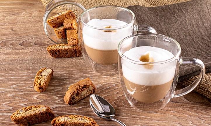 zwei Cappuccino aus den Rommelsbacher Espressomaschinen. Rezepte zum Adventskaffee. Unsere Top 10 Kaffeerezepte