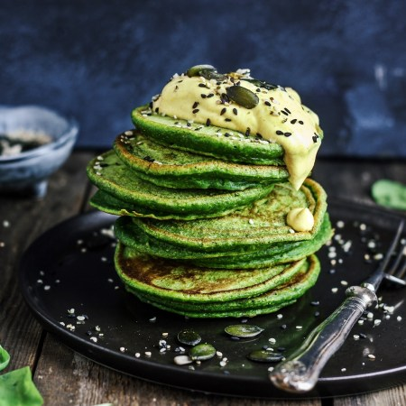 mehrere grüne Spinat-Pancakes mit Curry-Topping-Rommelsbacher Standmixer